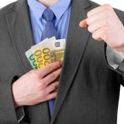 Члена комиссии обвиняют в хищении денежных средств