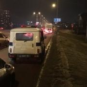 В дорожной яме на выезде к омскому метромосту пробили колеса около 15 машин