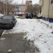 В Омске на «Ладу» с крыши упал сугроб снега