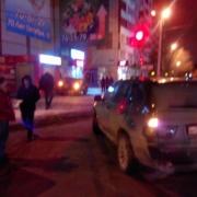 В Омске автомобиль врезался в придорожный киоск