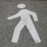 В центре Омска мужчина без прав на Renault сбил двух женщин