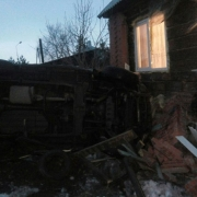На окраине Омска автомобиль перевернулся и влетел в жилой дом