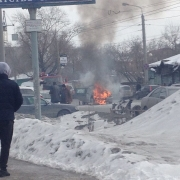 В Омске посреди дороги сгорела машина