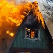В Омске горящую дачу не могли потушить два часа