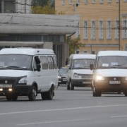 В Омске маршрутка протаранила два грузовика