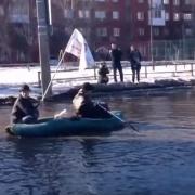 Омичи проплыли на лодке по затопленным городским дорогам