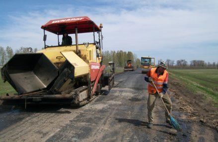 Две дороги в Омской области отремонтируют инновационным асфальтом