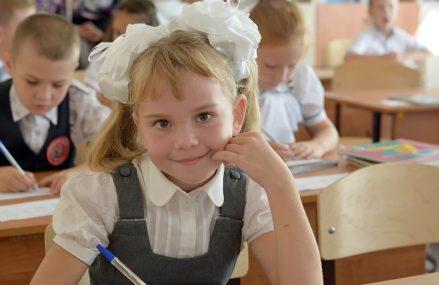 27 тысяч первоклассников 1 сентября сели за парты в Омской области