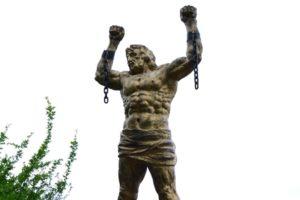 В омском аэропорту открылась выставка металлических скульптур