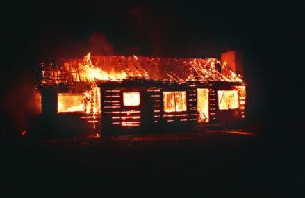 Пожарные эвакуировали две семьи из горящего дома в Исилькуле
