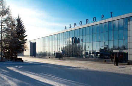 В омском аэропорту пассажиры ждали свои рейсы на улице
